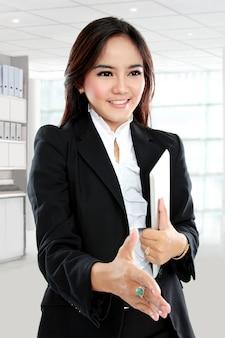 Imagem de mulher de negócios com a mão aberta e pronta para o aperto de mão Foto Premium