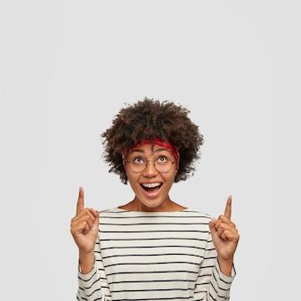 Imagem de mulher positiva com penteado afro