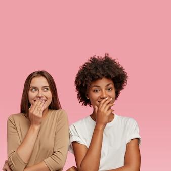 Imagem de mulheres mestiças rindo de uma cena engraçada no filme