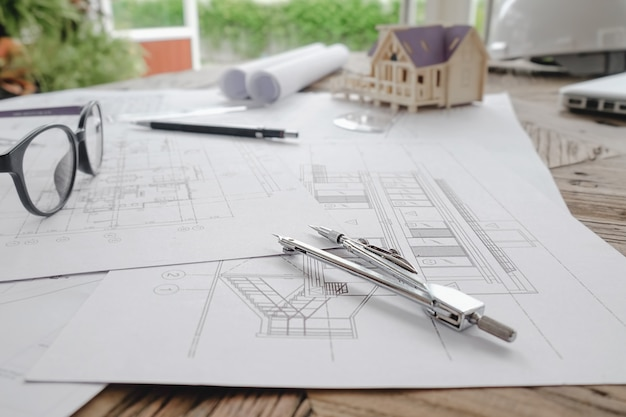 Imagem de objetos de engenharia na visão superior do local de trabalho. conceito de construção. ferramentas de engenharia. tom padrão de filtro retroiluminado, foco suave (foco seletivo)