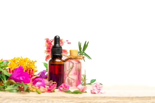 Imagem de óleo de flores de aromaterapia na mesa sobre fundo branco