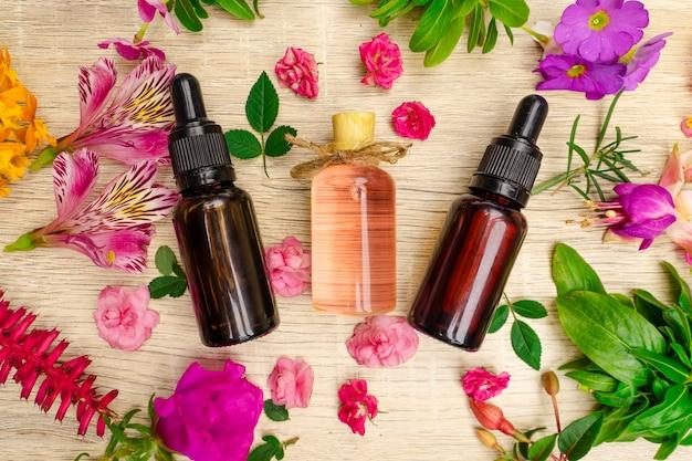 Imagem de óleo de flores de aromaterapia na mesa