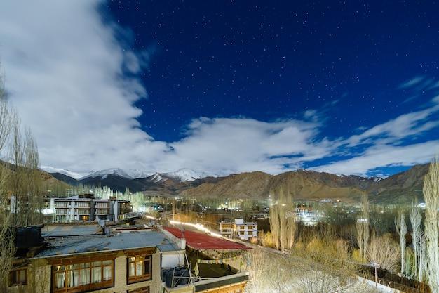 Imagem de paisagem da cidade de leh com vista para as montanhas e estrelas no céu à noite