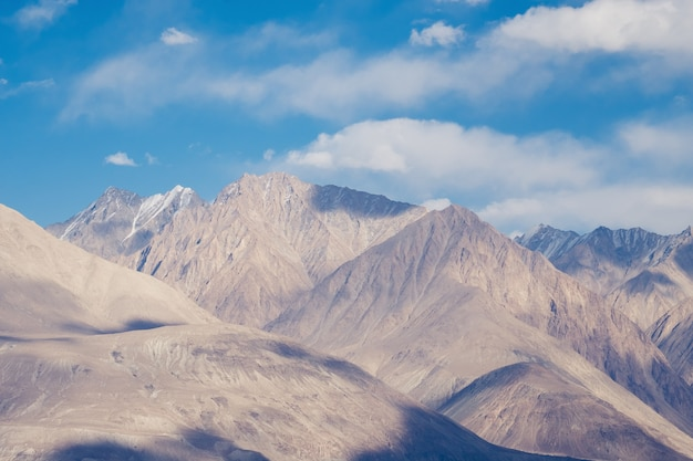 Imagem de paisagem de montanhas himalaia e fundo de céu azul