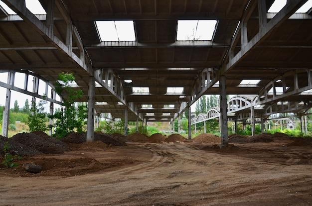 Imagem de paisagem de um hangar industrial abandonado