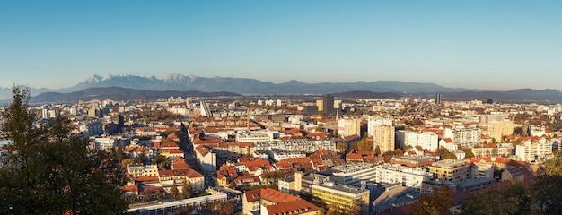 Imagem de panorama da cidade de ljubljana tirada do castelo na colina, eslovênia