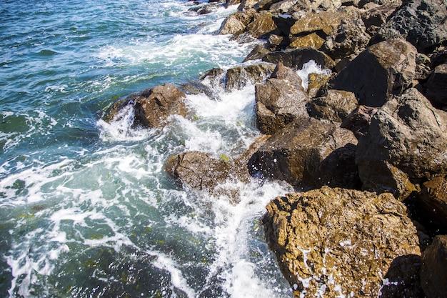 Imagem de pedras no mar com ondas, fundo bonito