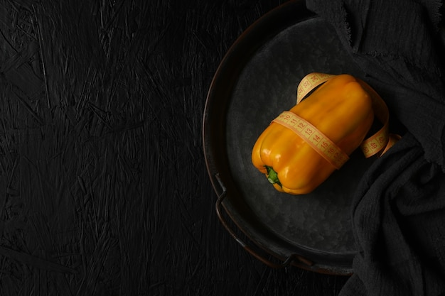 Imagem de pimenta amarela crua no fundo preto