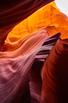 Imagem de preso em uma caverna dentro de um cânion laranja onde as rochas parecem dunas de areia