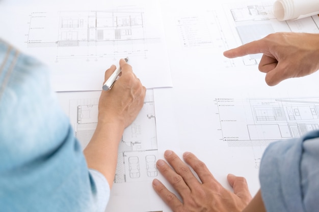 Imagem de reunião de trabalho em equipe de engenheiro para projeto arquitetônico em um local de trabalho