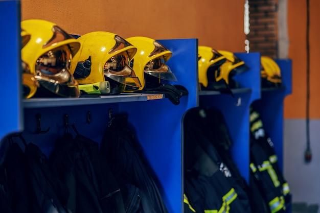 Imagem de roupas de proteção e capacetes na brigada de incêndio.