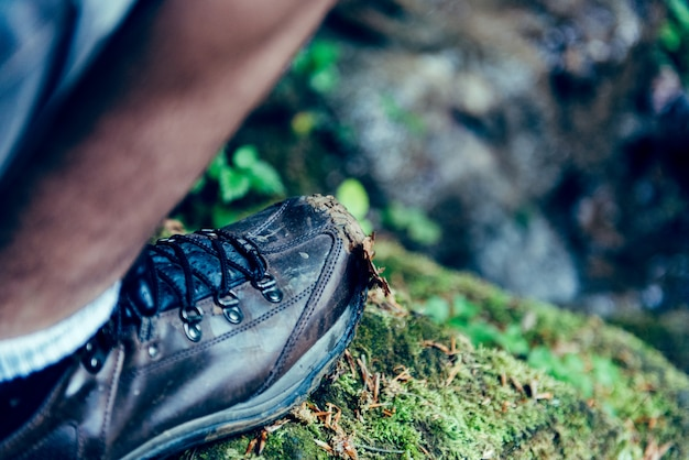 Imagem de sapatos de homem em pé sobre a rocha