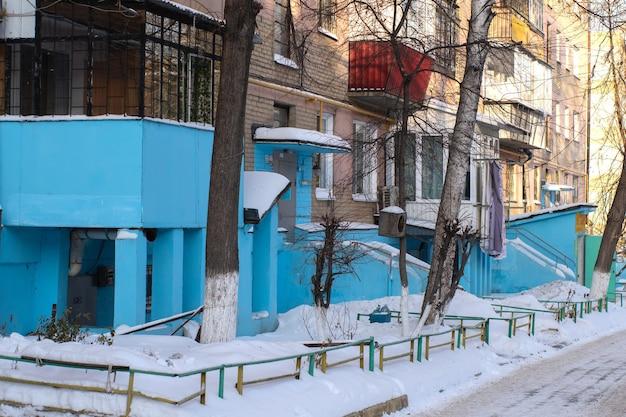 Imagem de secar roupas na varanda da casa, conceito de vida de pobreza. a roupa é seca na varanda da rua.