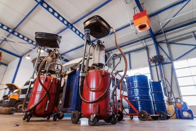 Imagem de tanques com óleo ou gasolina de motor na oficina de automóveis.