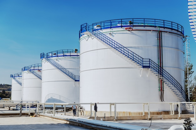 Imagem de tanques de óleo na refinaria. dia ensolarado.