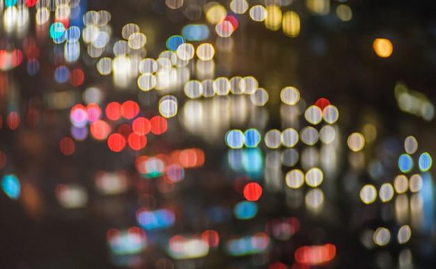 Imagem de tom vintage blur bokeh com luzes coloridas no período nocturno para o fundo