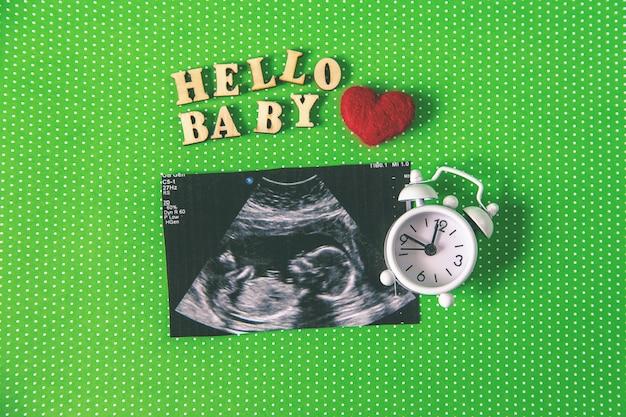 Imagem de ultrassom de uma fotografia de bebê. foco seletivo. natureza.