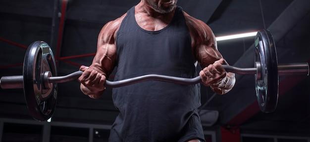 Imagem de um atleta poderoso levantando uma barra em uma academia. bombeamento de bíceps. conceito de fitness e musculação. mídia mista