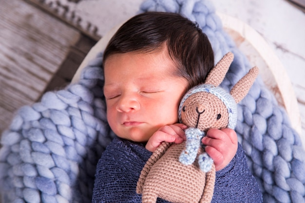 Imagem de um bebê brasileiro recém-nascido enrolado em um cobertor