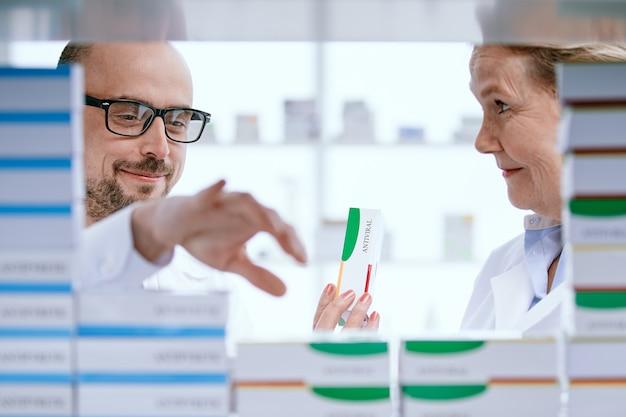 Imagem de um colega de farmacêutico discutindo novos medicamentos
