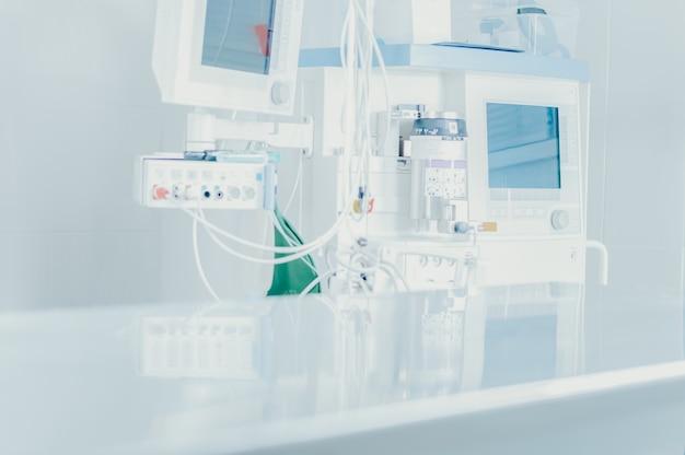 Imagem de um consultório médico. concentre-se na máquina de anastasia. mesa de operação fora de foco. conceito médico. mídia mista