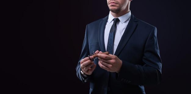 Imagem de um homem adulto elegante de terno com um charuto. conceito de clubes de charuto. mídia mista