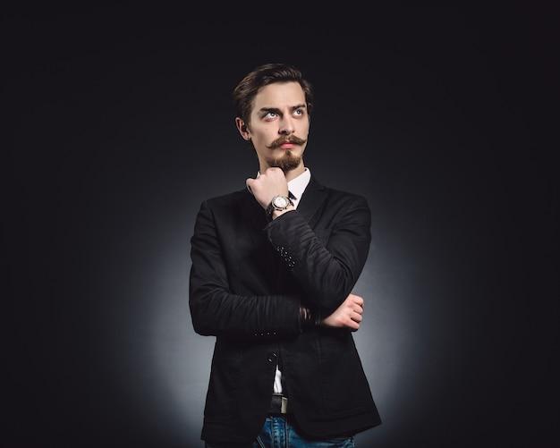Imagem de um homem elegante de moda jovem