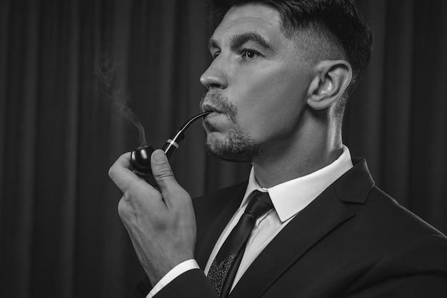 Imagem de um homem elegante de terno fumando um cachimbo. conceito de sucesso empresarial. mídia mista