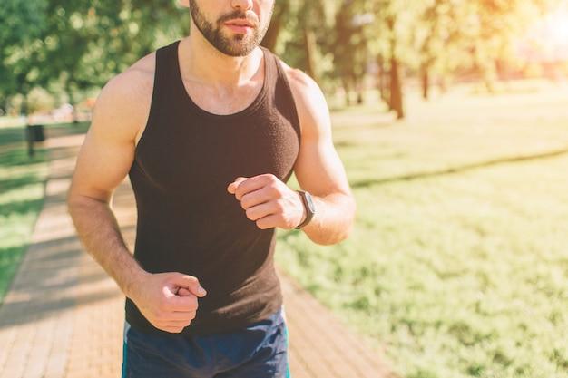 Imagem de um jovem atlético após o treino. musculoso jovem bonito bebe uma proteína. sportasman atlético sem camisa atraente bebendo nutrição de esportes shake do liquidificador.
