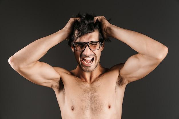 Imagem de um jovem bonito isolado usando óculos.