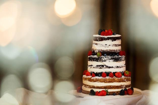 Imagem de um lindo bolo de casamento na recepção do casamento.