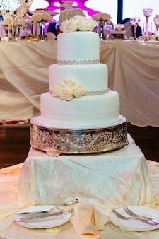 Imagem de um lindo bolo de casamento na recepção do casamento