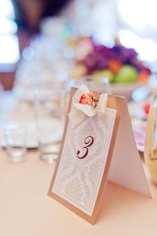 Imagem de um número de mesa impresso personalizado, identificando a mesa de banquete