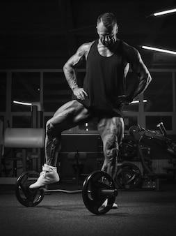 Imagem de um poderoso atleta posando no ginásio. conceito de fitness e musculação. mídia mista