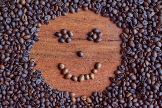 Imagem de um rosto sorridente em grãos de café.