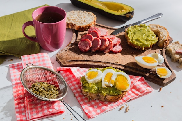 Imagem de um saboroso café da manhã. café da manhã típico argentino, com infusão de erva-mate.