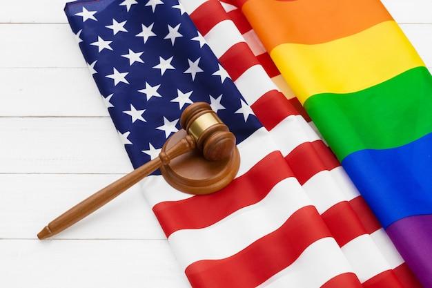 Imagem de uma bandeira do arco-íris lgbt e de uma bandeira americana. orgulho gay