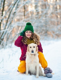 Imagem de uma jovem com seu cachorro