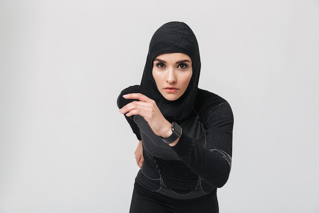 Imagem de uma jovem muçulmana em forma de fitness fazendo exercícios isolados
