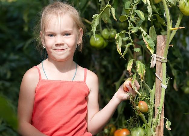 Imagem de uma linda garotinha na horta Foto Premium