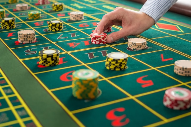 Imagem de uma mesa verde e apostas com fichas