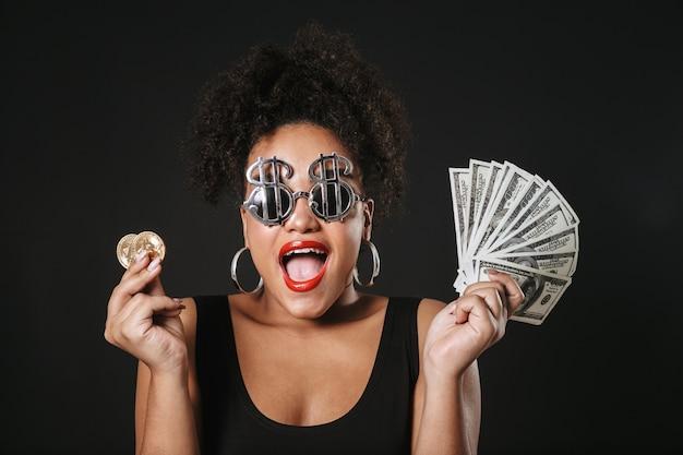 Imagem de uma mulher afro-americana animada usando óculos de dólar, segurando um bitcoin dourado e notas de dinheiro