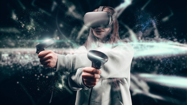 Imagem de uma mulher bonita e elegante usando óculos de realidade virtual e se segurando