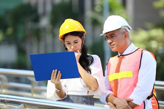 Imagem de uma reunião de negócios entre um gerente e engenheiros de construção no canteiro de obras