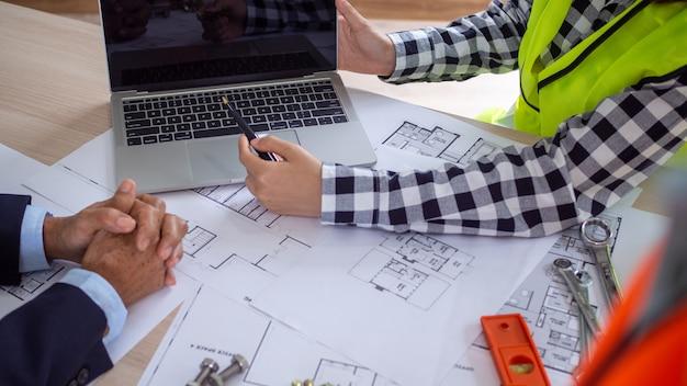 Imagem de uma reunião entre o contratante e o proprietário do projeto de construção