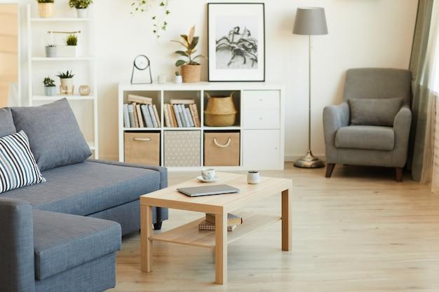 Imagem de uma sala de estar doméstica vazia com móveis modernos