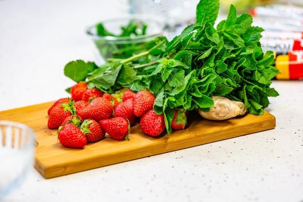 Imagem de uma variedade de vegetais coloridos em uma tábua de madeira