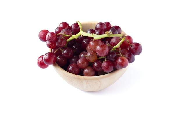 Imagem de uva vermelha isolada no branco