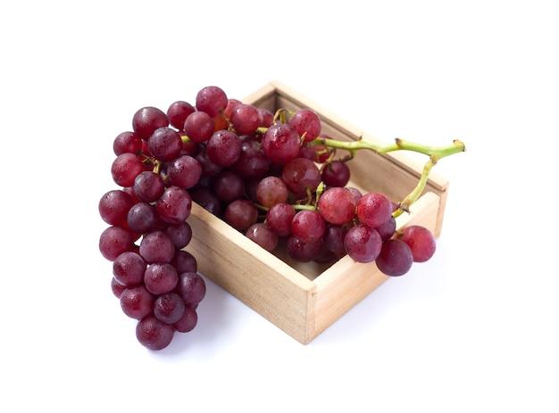 Imagem de uva vermelha isolada no fundo branco