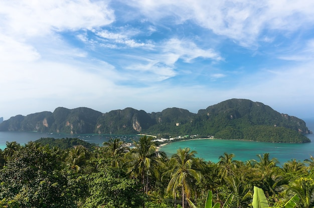 Imagem de viagem estilo retro vintage moderno de fundo de férias viagem - ilha tropical com resorts - ilha phi-phi, província de krabi, tailândia